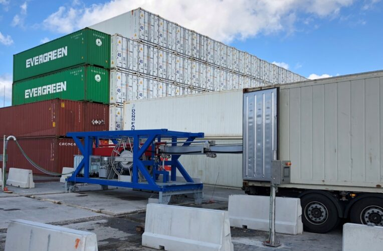Containerreiniger op containerdepot